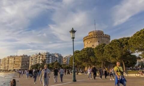 Μαγικές εικόνες από την παραλία της Θεσσαλονίκης στην... σκιά του Λευκού Πύργου (vid)