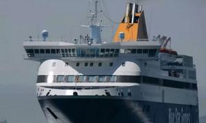 Εντυπωσιακές εικόνες: Η μανούβρα του Blue Star Chios στο λιμάνι του Πειραιά