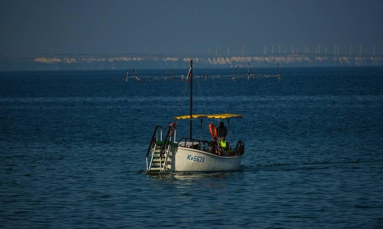 Βγήκαν για ψάρεμα στα ανοικτά - Αυτό που είδαν κάτω από την βάρκα τους δεν θα το ξεχάσουν (vid)