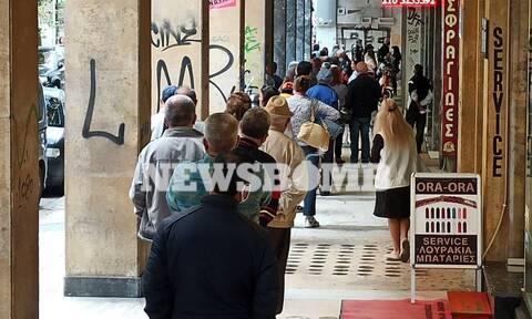 Ρεπορτάζ Newsbomb.gr: Μεγάλες ουρές στη ΔΕΗ στο κατάστημα της Αριστείδου στην Αθήνα - Επενέβη η ΕΛΑΣ