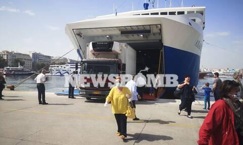 Έλυσαν κάβους τα πλοία: Ποιοι και πώς μπορούν να ταξιδέψουν από σήμερα στα νησιά (vid)