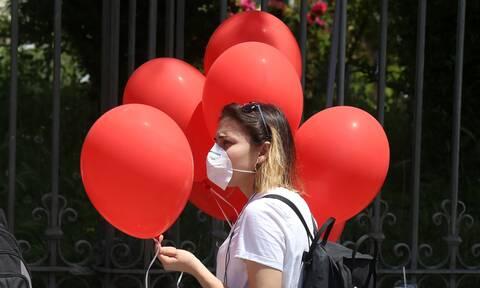 Θεσσαλονίκη: Με μάσκες και κόκκινα μπαλόνια διαμαρτυρήθηκαν μαθητές και καθηγητές