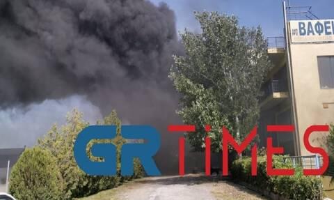 Συναγερμός στη Θεσσαλονίκη: Εκρήξεις και μεγάλη φωτιά σε επιχείρηση ελαστικών (vid)