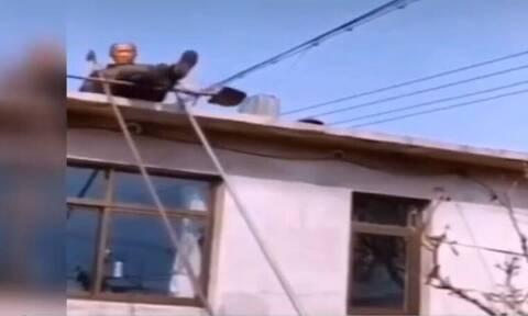 Παππούς θέλησε να κατέβει απ' τη στέγη χωρίς σκάλα - Δεν φαντάζεστε πώς τα κατάφερε (vid)