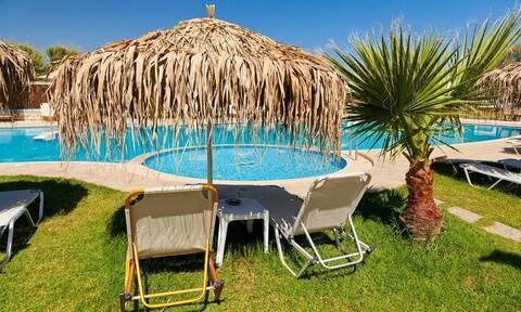 Κορονοϊός, ξενοδοχεία και διακοπές: Ρεσεψιόν με πλέξιγκλας, υπαίθριο check in και πισίνα με βάρδιες