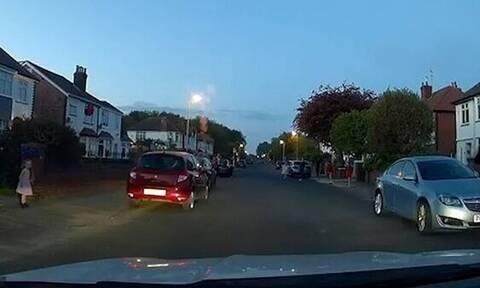 Οδηγός ταξί αναγκάστηκε να φρενάρει απότομα - Δεν φαντάζεστε τι πετάχτηκε μπροστά του (vid)