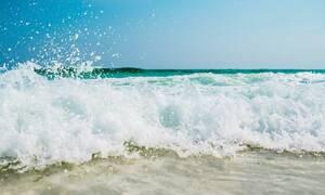 Θρίλερ: Πτώμα ξεβράστηκε σε παραλία (pics)