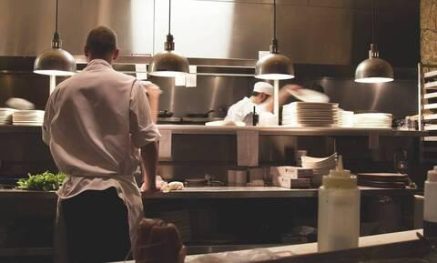 Κάμερα κατέγραψε μάγειρα να φτύνει το φαγητό (video)