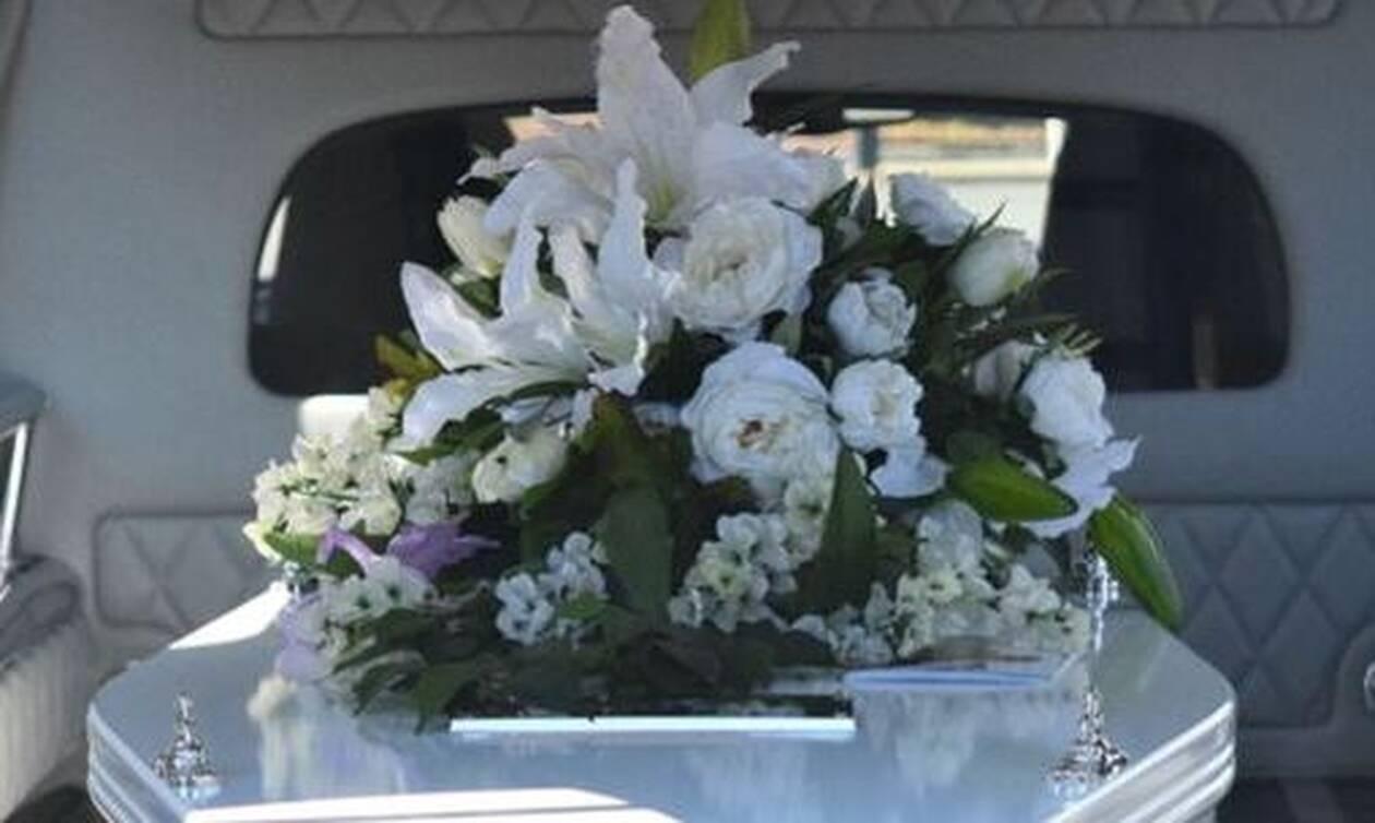 Αδιανόητα πράγματα σε κηδεία: Κοίταξαν το φέρετρο και «πάγωσαν» με αυτό που είδαν