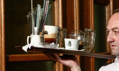 Έρχονται μειώσεις ΦΠΑ σε καφέ, αναψυκτικά, τσάι και εισιτήρια-Τα μέτρα για να «ανασάνει» ο τουρισμός