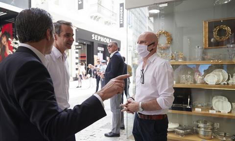 Гречески премьер провел пешую прогулку по центру столицы и пообщался с продавцами магазинов
