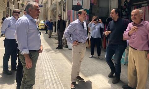 Βόλτα στην Αθήνα για τον Τσίπρα - Μίλησε με καταστηματάρχες και εργαζoμένους