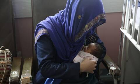 Αφγανιστάν: Σπαρακτικό! Γυναίκες θηλάζουν μωρά που έχασαν τη μαμά τους σε επίθεση σε νοσοκομείο