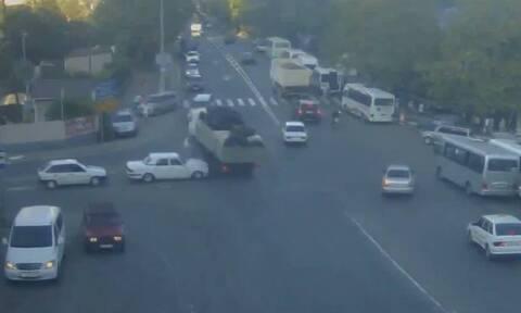 Τρομερό - Φορτηγό έχασε τον έλεγχο και τα διέλυσε όλα στο πέρασμά του (vid)