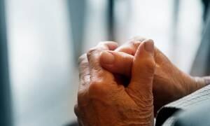 Βίντεο - σοκ: Η στιγμή που πολίτης «σώζει» ηλικιωμένη από απατεώνα