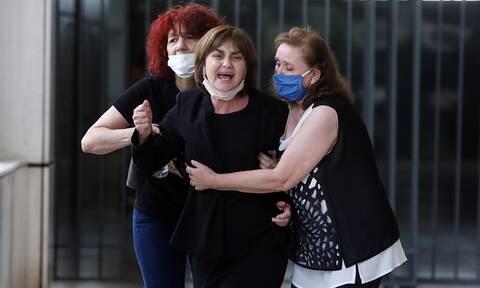 Δίκη Τοπαλούδη: Κατέρρευσε η μητέρα της Ελένης στο δικαστήριο - Μεταφέρθηκε στο ιατρείο