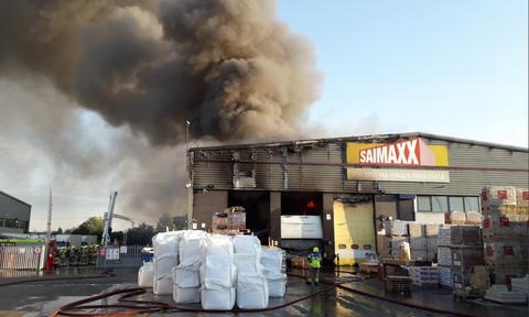 Τεράστιο σύννεφο μαύρου καπνού από πυρκαγιά κάλυψε περιοχή του Λονδίνου