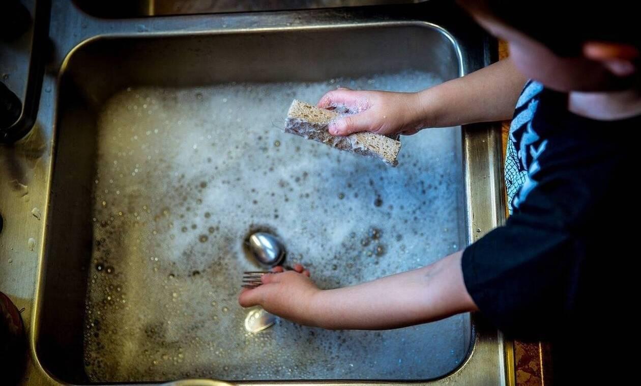 Έριξε ξύδι με σόδα στον νεροχύτη - Μόλις δείτε γιατί θα το κάνετε αμέσως (pics)