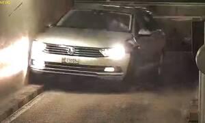 Αυτοκίνητο μετατρέπεται σε συγκρουόμενο στην έξοδο ενός πάρκινγκ (vid)