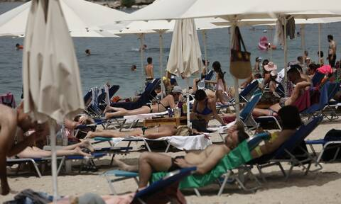 Der Spiegel: Με αγωνία και αυστηρά μέτρα επέστρεψαν οι Έλληνες στις παραλίες