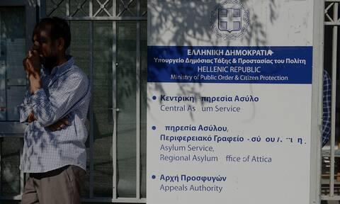 Άρση μέτρων: Πανικός έξω από την Υπηρεσία Ασύλου - Μετανάστες συνωστίστηκαν στην Κατεχάκη (vid)