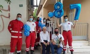 Ν. Σμύρνη Λάρισας: Γενέθλια στην καραντίνα για έναν 87χρονο με τους εθελοντές του Ερυθρού Σταυρού
