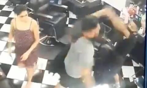 Απίστευτος χαμός σε κομμωτήριο - Δεν φαντάζεστε γιατί πλάκωσε στο ξύλο τον κουρέα (video)