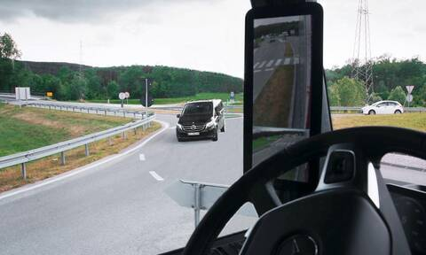 Το Mercedes MirrorCam βλέπει μέσα από τις κολόνες του αμαξώματος