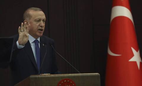 Οργή Ερντογάν: Απειλεί να τιμωρήσει όσους «βγάζουν» δολάρια έξω από την Τουρκία