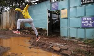 Τα παιδιά χαμογελούν εν μέσω πανδημίας: Μπάλα, κολύμπι, χορός και παιχνίδι (pics)