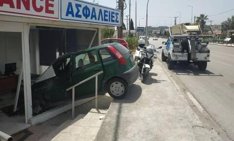 Ρόδος: Αυτοκίνητο «εισέβαλε» σε κατάστημα μετά από τροχαίο (pics)
