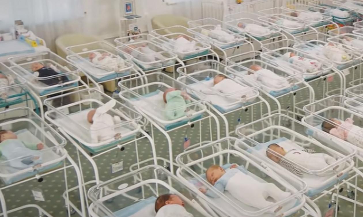 Συγκλονιστικό: Δεκάδες νεογέννητα περιμένουν σε κλινικές να τα παραλάβουν οι γονείς τους (vid)