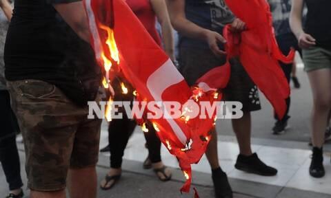 Ένταση στο Σύνταγμα: Έκαψαν τουρκική σημαία (pics)