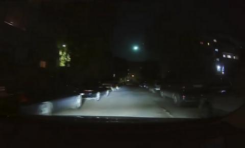 Οδηγούσε τη νύχτα στους άδειους δρόμους - Δεν πίστευε αυτό που είδε στον ουρανό! (vid)