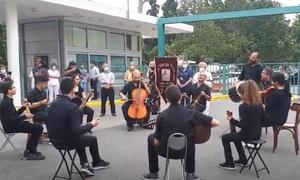Θεσσαλονίκη: Πόντιοι «ευχαρίστησαν» τους εργαζόμενους του ΑΧΕΠΑ με τραγούδια και λύρα