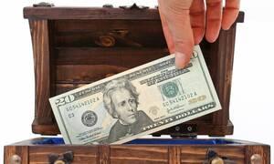 Ζήτησαν σε πελάτη να αφήσει τα χρήματά του σε κουτί - Δεν φαντάζεστε τι σιχαμένο έκανε (vid)