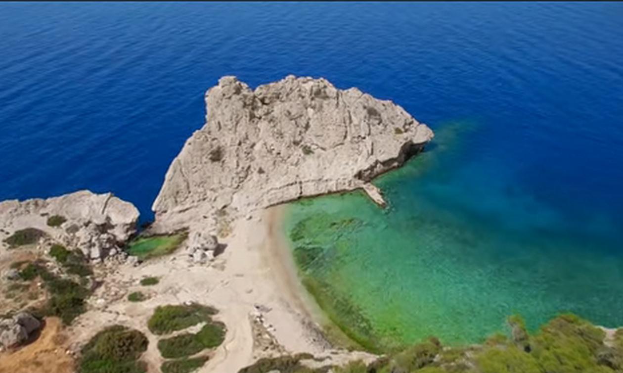 Η κρυφή παραλία με τα μαγικά νερά που βρίσκεται 1 ώρα μακριά από την Αθήνα (vid)