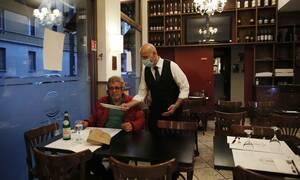 Κορονοϊός Ιταλία: Οι Ιταλοί εστιάτορες λένε «arrivederci» στους χάρτινους καταλόγου