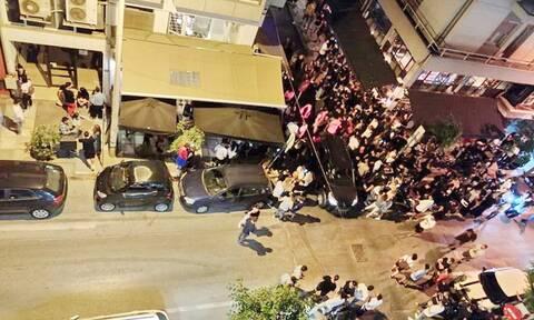 Θεσσαλονίκη: Συγχρωτισμός έξω από μπαρ με take away ποτά στο κέντρο της πόλης
