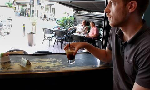 Μειωμένος ΦΠΑ: Πόσο θα πληρώνουμε τον καφέ - Οι μειώσεις στα εισιτήρια των ΜΜΜ