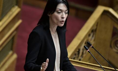 Απόλαυση η Νάντια στη Βουλή με τα «γαλλικά» της