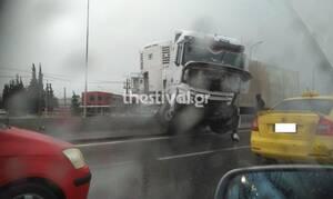 Δίπλωσε νταλίκα στο Δερβένι - Κλειστό το ρεύμα εξόδου από Θεσσαλονίκη (pics)