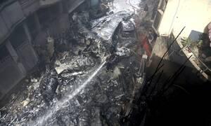 Συντριβή αεροπλάνου στο Πακιστάν: Οι πρώτες εικόνες από το σημείο της τραγωδίας