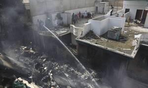 Συντριβή αεροπλάνου στο Πακιστάν: Εντοπίστηκαν δύο επιζώντες - Παντού θάνατος και συντρίμμια
