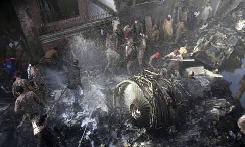 Συντριβή αεροπλάνου στο Πακιστάν: Βίντεο ΣΟΚ από την πτώση του Airbus πάνω σε σπίτια
