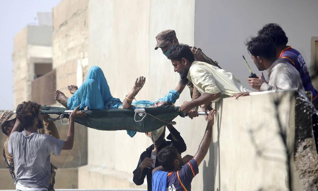 Συντριβή αεροπλάνου στο Πακιστάν: Τουλάχιστον 56 σορούς παρέλαβαν νοσοκομεία στο Καράτσι