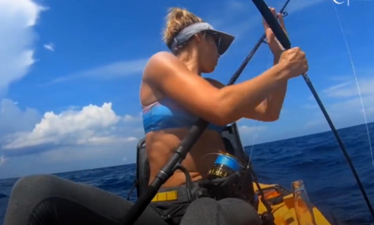 Πανέμορφη γυναίκα ψαρεύει αμέριμνη-Αυτό που βλέπει πίσω της κόβει τη… χολή