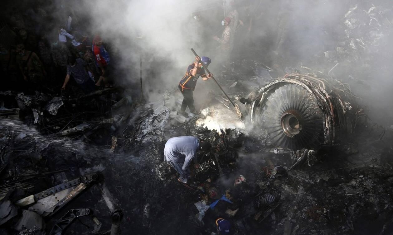 Συντριβή αεροσκάφους στο Πακιστάν: Εντοπίστηκαν τα δύο «μαύρα» κουτιά (vid)