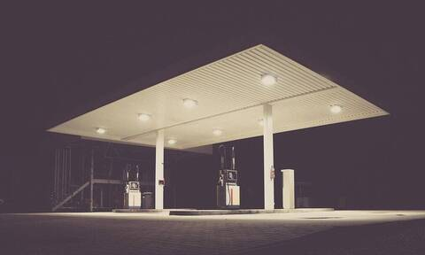 Πήγε σε βενζινάδικο να γεμίσει το ντεπόζιτο - Δεν πίστευε αυτό που προσγειώθηκε (vid)