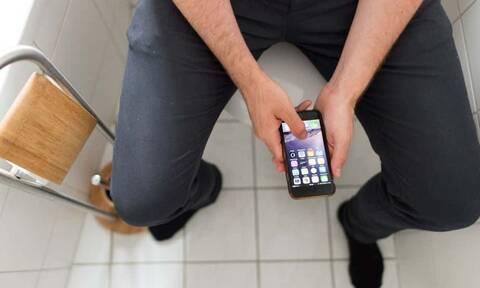 Παίρνεις μαζί το κινητό στο μπάνιο; Μην το κάνεις ποτέ ξανά!